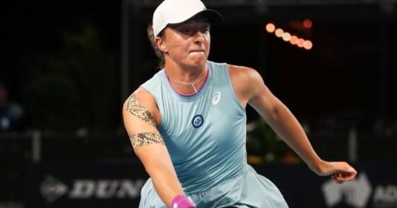 Rozstawiona z numerem piątym Iga Świątek awansowała do półfinału turnieju WTA w Adelajdzie w Australii. Polska tenisistka pokonała Amerykankę Danielle Collins.
