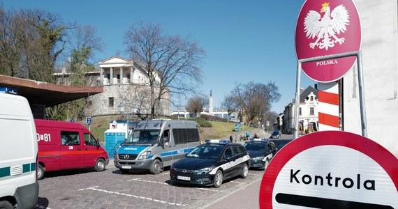 Ministerstwo Zdrowia zmienia zdanie w sprawie kwarantanny dla transportowców i pracowników transgranicznych - zwolni ich z obowiązku odbywania jej po wjeździe do Polski, dowiedzieli się dziennikarze RMF FM. Wczoraj rząd ogłosił, że od soboty wszyscy wjeżdżający do kraju z Czech i Słowacji muszą poddać się kwarantannie. Chyba, że przedstawią negatywny wynik testu na koronawirusa albo zaświadczenie o szczepieniu.