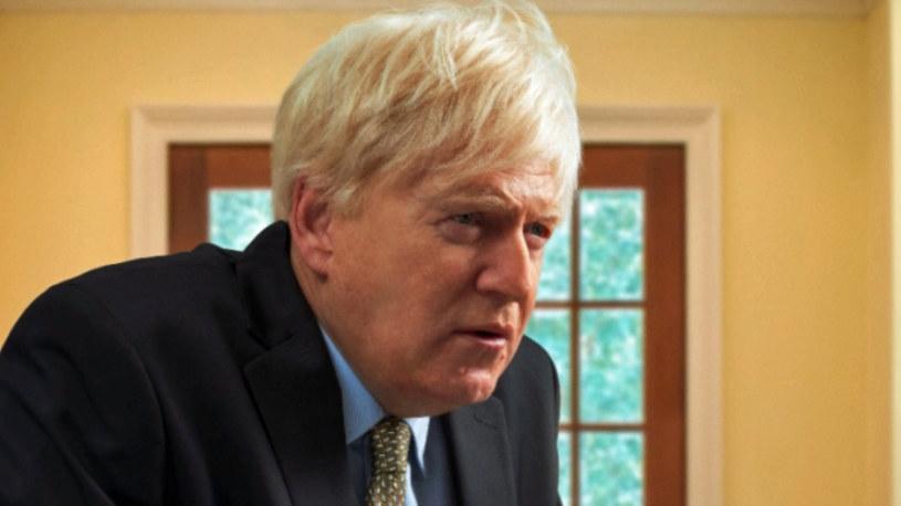 """W sierpniu 2022 roku na antenie stacji Sky zadebiutuje pięcioodcinkowy serial """"This Sceptred Isle"""". Jego twórcą jest Michael Winterbottom (""""Aleja snajperów"""", """"Cena odwagi""""). Fabuła produkcji dotyczyć będzie pierwszych dni po wybuchu pandemii COVID-19 i wydarzeń, jakie rozegrały się wtedy w Wielkiej Brytanii. Premiera Anglii Borisa Johnsona zagra Kenneth Branagh."""