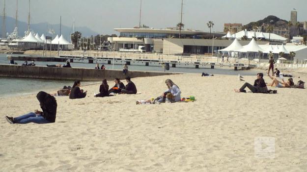 """Ula oprowadza nas po Cannes. Jednym z miejsc, które robi wrażenie, jest Long Beach - nietypowa, bo piaszczysta, plaża. Zdradza nam również co warto spróbować we francuskiej restauracji. Na koniec poznajemy zaskakującą ciekawostkę - jak dostać się na prywatną imprezę po słynnym festiwalu filmowym. Fragment programu """"Polacy za granicą"""", emitowanego na antenie Polsat Play."""