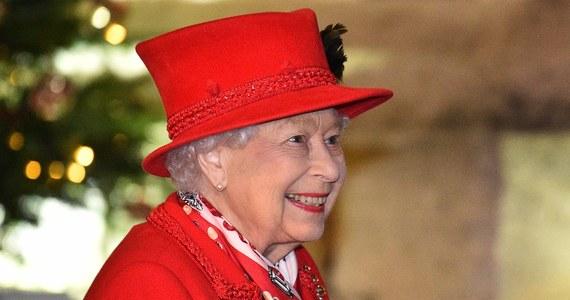 Brytyjska królowa Elżbieta II zachęciła wszystkich do przyjęcia szczepionki przeciw Covid-19, gdy zostanie im zaoferowana, mówiąc, że procedura wcale nie była bolesna. Zaapelowała do Brytyjczyków, by pomyśleli o innych.