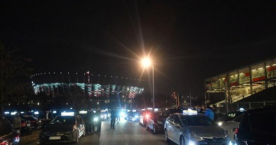 W czwartek późnym wieczorem odbyła się w stolicy manifestacja solidarnościowa taksówkarzy, którzy zebrali się na błoniach Stadionu Narodowego. Wydarzenie związane jest z środowym atakiem na taksówkarza, którego nożem zranił 18-latek.