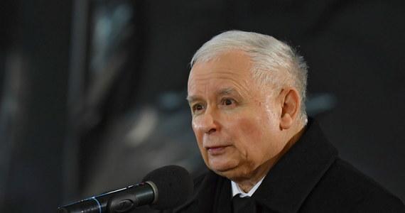 """Polska stoi dzisiaj przed ogromną szansą, a warunkiem jej wykorzystania jest jedność obozu Zjednoczonej Prawicy; każdy kto rozbija dzisiaj prawicę, działa przeciw Polsce, przeciw polskiej rodzinie i przeciw polskim wartościom - mówił PAP wicepremier, prezes PiS Jarosław Kaczyński. """"Z natury jestem optymistą, więc mam nadzieję, że jednak w pewnym momencie nasi sojusznicy zrozumieją, że trzeba po prostu iść do przodu, że trzeba na pewne rzeczy się zgodzić, a nie budować swoją odmienność za wszelką cenę"""" - mówił Kaczyński, komentując sytuację w Zjednoczonej Prawicy. Jak przekonuje: przejęcie władzy przez opozycję """"byłoby dla Polski nieszczęściem""""."""