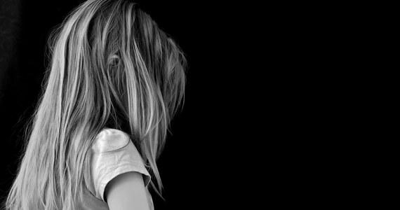 Prokuratura Okręgowa w Świdnicy chce, by sąd aresztował tymczasowo 25-letniego Łukasza B., który wraz z matką 3-letniej Hani z Kłodzka jest podejrzany o znęcanie się i zabójstwo dziecka. Dziewczynka miała umrzeć z wychłodzenia, po tym jak matka polewała ją zimną wodą za posikanie łóżeczka. Po sekcji zwłok okazało się jednak, że 3-latka zmarła z powodu urazów wielonarządowych.