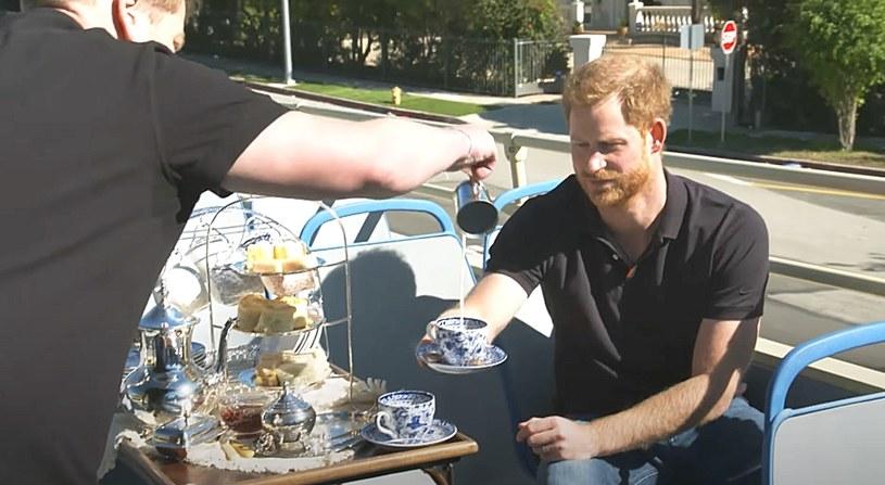 """Uchodzący za czarną owcę w rodzinie królewskiej młodszy syn księżnej Diany wystąpił w popularnym amerykańskim programie """"Late Late Show With James Corden"""". W trakcie show zwiedził m.in. toaletę w luksusowym domu, wyśmiał zarzuty członków rodziny królewskiej i niektórych polityków brytyjskich wobec serialu """"The Crown"""" oraz pomylił imię aktora, który mógłby w tym serialu zagrać jego samego."""