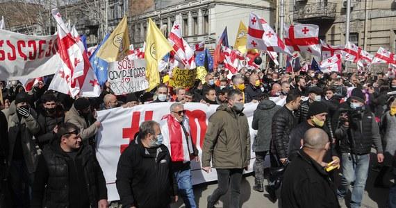 Tysiące osób zebrało się w piątek przed gmachem parlamentu w stolicy Gruzji Tbilisi, żeby protestować przeciwko aresztowaniu lidera opozycji Nika Melii. Demonstranci domagali się też rozpisania wcześniejszych wyborów parlamentarnych.