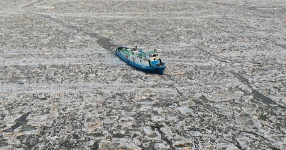 Lodołamaczom pracującym w środkowym biegu Wisły udało się piątek dopłynąć do zatoru lodowego powyżej Płocka, położonym przed Dobrzykowem. W sobotę akcja będzie kontynuowana - podały Wody Polskie. Poziom Wisły w Wyszogrodzie i w Kępie Polskiej opada. Wahania wody obserwowane są w Płocku.