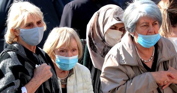 Niecałe cztery godziny przed wejściem przepisów w życie, w Dzienniku Ustaw opublikowano rozporządzenie Rady Ministrów w sprawie ograniczeń, nakazów i zakazów związanych z epidemią. Wprowadza ono m.in. regionalne obostrzenia na Warmii i Mazurach i obowiązek zasłaniania nosa i ust wyłącznie maseczką.