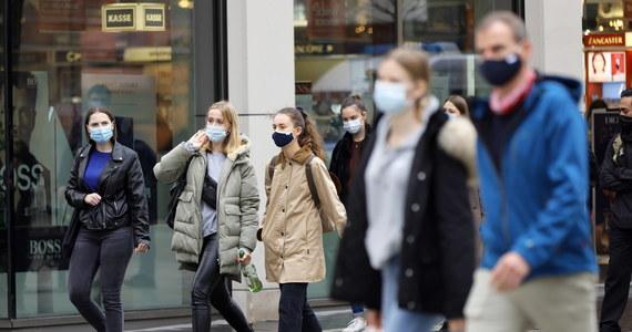 Od soboty, przebywając w miejscach publicznych, mamy obowiązek zakrywania ust i nosa maseczkami: przyłbice czy szaliki już nie wystarczą. Rodzaj maseczki zależy natomiast od nas: może to być np. maseczka chirurgiczna, ale i zwykła, materiałowa.