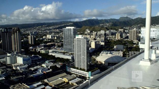 """Kinga, pochodzący z Warszawy, wyjechała do Honolulu w wieku 11 lat. Dopłynęła tam łodzią ze swoimi rodzicami, którym tak to miejsce się spodobało, że postanowili zostać w sercu Hawajów. Czym zachwyca miasto? Na pewno jednym z takich miejsc jest panorama na okolicę, z której można podziwiać marinę i wzniesienia, które otaczają dzielnice Honolulu.Fragment programu """"Polacy za granicą"""", emitowanego na antenie Polsat Play."""