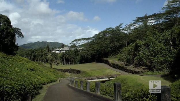 """Bernadeta pochodzi z Rybnika. Razem z Tomkiem mieszkają na Hawajach, gdzie postanawiają nas zabrać na pole golfowe. Poza niesamowitymi widokami otaczającej przyrody, para opowiada o filmowym charakterze tego miejsca, w którym kręcono między innymi sceny do filmu """"Jurassic Park"""".Fragment programu """"Polacy za granicą"""", emitowanego na antenie Polsat Play."""