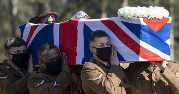 """Z udziałem jedynie najbliższej rodziny, ale z honorami wojskowymi i z przelotem zabytkowego samolotu z II wojny światowej odbył się dziś pogrzeb kapitana Toma Moore'a. Ten 100-letni brytyjski weteran zebrał dla służby zdrowia prawie 33 mln funtów. Podczas uroczystości Hannah Ingram-Moore nazwała swojego ojca """"latarnią światła i nadziei dla świata""""."""