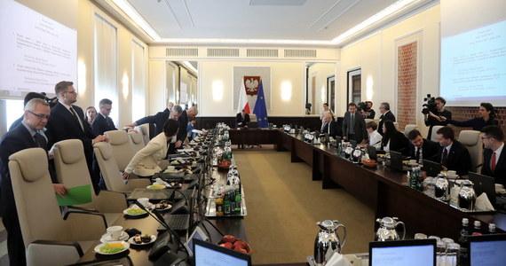 Ministerstwa przekazały swoim pracownikom w 2020 roku około 20 milionów złotych nagród - wynika z odpowiedzi na interpelacje poselskie, do których dotarł TVN24. Największe bonusy dostali pracownicy resortu rozwoju, pracy i technologii.