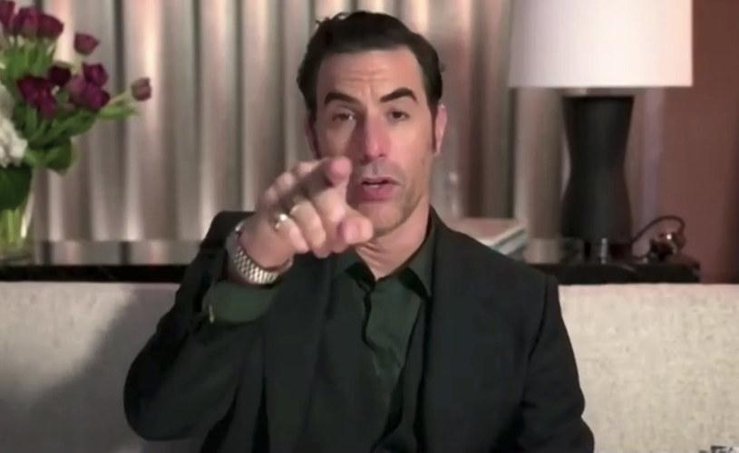"""Sacha Baron Cohen znalazł się w gronie zwycięzców tegorocznej edycji Złotych Globów. Za występ w kontynuacji """"Borata"""" gwiazdor otrzymał nagrodę dla najlepszego aktora w filmie komediowym lub musicalu. W przemowie, którą nagrał na potrzeby wirtualnej ceremonii wręczenia nagród, podziękował on między innymi swojemu ochroniarzowi. Jak wyjaśnił, podczas kręcenia nagrodzonej produkcji, mężczyzna ten dwukrotnie ocalił mu życie."""