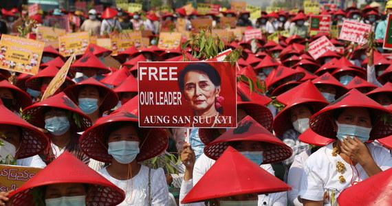 Miesiąc po zamachu stanu w Mjanmie wojsko stara się wykluczyć możliwość powrotu do władzy demokratycznie wybranej przywódczyni Aung San Suu Kyi. W poniedziałek postawiono jej kolejny zarzut. Tymczasem w kraju nie ustają protesty, mimo że władze brutalnie je tłumią.