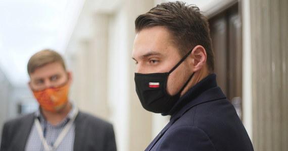 Władza wycofuje się z zapowiadanej w zeszłym tygodniu specjalnej pomocy dla Warmii i Mazur, które zostały objęte surowszymi restrykcjami covidowymi. W zeszłym tygodniu jeden z najbliższych współpracowników wicepremiera Jarosława Gowina, olsztyński poseł Michał Wypij ogłosił, że rząd ma gotowy plan dla regionu. To miało być stworzenie specjalnego programu ratunkowego o wartości 300 milionów złotych.