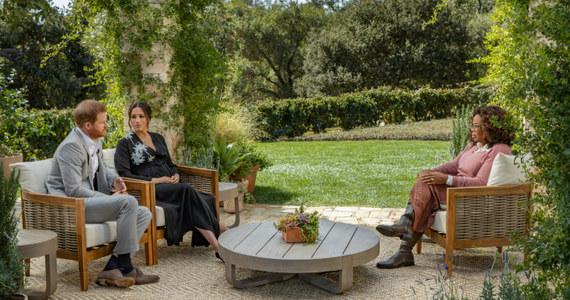 """Brytyjski książę Harry w opublikowanym fragmencie wywiadu udzielonego Oprah Winfrey powiedział, że obawiał się, iż powtórzy się historia z jego matką, księżną Dianą oraz że odejście z rodziny królewskiej było dla niego i jego żony """"niewiarygodnie trudne"""". Telewizja CBS pokazała krótki fragment rozmowy, która w całości ma zostać wyemitowana 7 marca. Oprah Winfrey pyta w nim księżnę Meghan: """"Zostałaś uciszona?"""". Pod czarną sukienką żony księcia Harry'ego widać już zaokrąglony brzuszek. Para spodziewa się drugiego dziecka."""