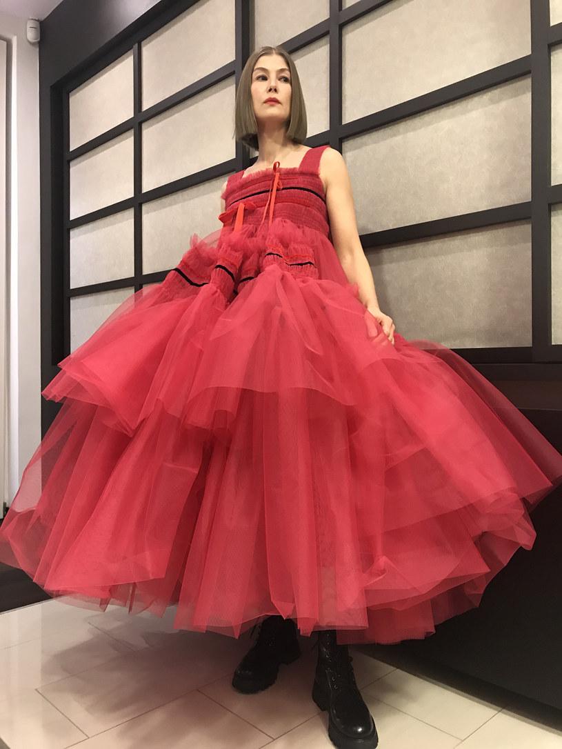 Elle Fanning wytworna niczym Grace Kelly, Amanda Seyfired w sukni inspirowanej wyrazistym stylem Marion Davies - na wirtualnym czerwonym dywanie Złotych Globów nie zabrakło zjawiskowych stylizacji. Mimo trwającej pandemii, która zmusiła organizatorów ceremonii do przeniesienia wydarzenia do sieci, część gwiazd zdecydowała się pokazać w wieczorowym wydaniu. Wspólnym mianownikiem zaprezentowanych kreacji był glamour inspirowany złotą erą Hollywood.