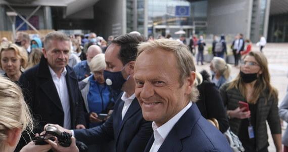 """""""Nie budowałbym poważnych strategii politycznych na elastyczności Jarosława Gowina"""" - powiedział w telewizji były premier Polski Donald Tusk. Jak dodał, ostatni raz spotkał się z wicepremierem Gowinem, kiedy ten był jeszcze w jego rządzie. Na uwagę, że dla prezesa PiS Jarosława Kaczyńskiego każdy, kto spotyka się z Tuskiem popełnia polityczny grzech, polityk odparł: """"To, że Jarosław Kaczyński ciągle ma obsesje na moim punkcie jest właściwie politycznym komplementem i cieszę się z tego""""."""