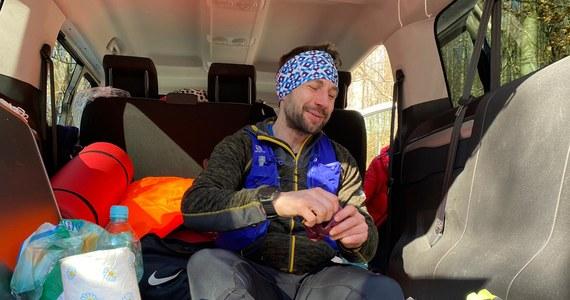 88 godzin i 32 minuty zajęło Danielowi Stroinskiemu przebiegnięcie liczącej 377 kilometrów trasy nazywanej Trójkątem Sudeckim: Ślęża, Śnieżka, Śnieżnik. Zawodnik RMF4RT tym samym pobił poprzedni rekord wyznaczony w okresie wiosennym wynoszący 96 godzin.