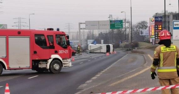 Zderzenie trzech samochodów - w tym auta przewożącego butlę z acetylenem - w alei Prymasa Tysiąclecia w Warszawie, przed rondem Zesłańców Syberyjskich. Kierowca tego samochodu trafił do szpitala.