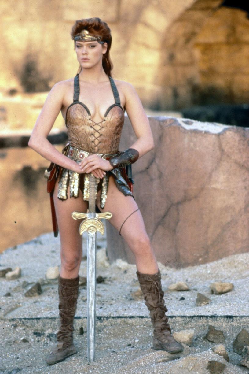 """Nabierają rozpędu prace nad rebootem przygodowego filmu fantasy """"Czerwona Sonja"""". Postać tytułowej wojowniczki po raz pierwszy pojawiła się na kartach komiksu o Conanie Barbarzyńcy. Jej przygody zostały przeniesione na duży ekran w postaci filmu z 1985 roku zatytułowanego """"Czerwona Sonja"""", w którym rolę główną zagrała Brigitte Nielsen. Jak informuje portal """"The Hollywood Reporter"""", scenariusz rebootu tej produkcji napisze Tasha Huo."""