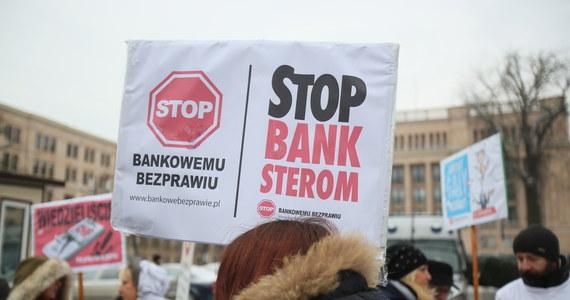 Jeśli banki masowo nie pójdą na ugodę z osobami, które wzięły kredyty we frankach, mogą stracić nawet 234 miliardy złotych – wynika z analizy Komisji Nadzoru Finansowego. To najbardziej pesymistyczny, zakładany scenariusz.