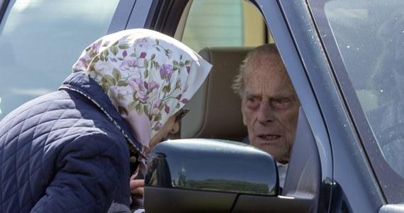 Mijają niemal trzy tygodnie od momentu, kiedy mąż brytyjskiej królowej książę Filip, trafił do szpitala. Teraz został przeniesiony do placówki specjalistycznej, zajmującej się chorobami serca.