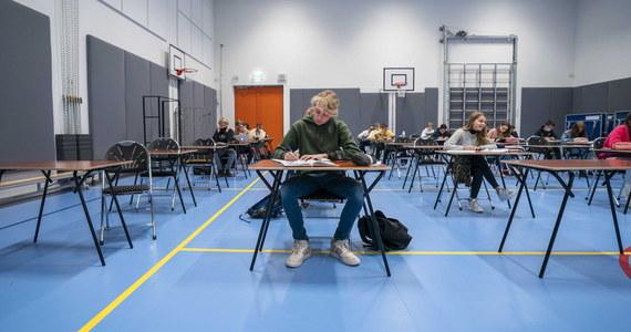 300 tysięcy uczniów ostatnich klas szkół średnich od środy będzie mogło spróbować swoich sił na próbnym egzaminie maturalnym. W tym roku, mimo trwającej pandemii, matury próbne odbędzie się na terenie szkół. Obowiązują jednak pewne zasady.