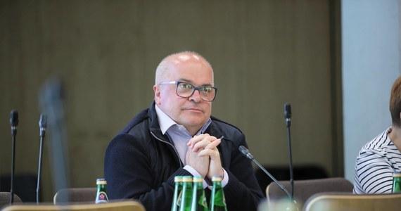 """""""Poseł Tomasz Zimoch złożył we wtorek rezygnację z członkostwa w klubie Koalicji Obywatelskiej"""" - poinformował rzecznik PO Jan Grabiec. """"Koalicja miała być szerokim ruchem, także obywatelskim. Od pewnego czasu odnosiłem wrażenie, że koalicja staje się partyjnym ramieniem w Sejmie. Dlatego zdecydowałem się na opuszczenie klubu"""" - napisał o powodach swojej decyzji na Facebooku Tomasz Zimoch."""