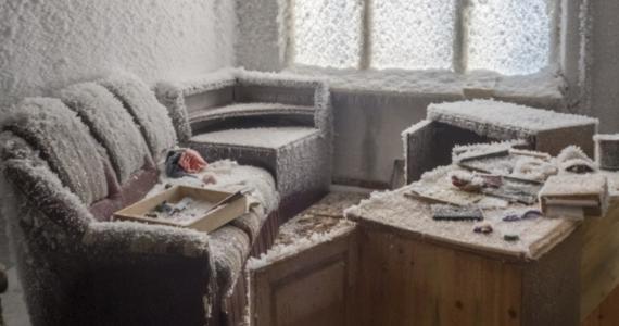 Kryształy lodu, pod którymi znikł żyrandol, zaspy śniegu na klatkach schodowych, ściany mieszkań i meble niknące pod warstwami szronu i lodu - zdjęcia opuszczonych domów w republice Komi na północy Rosji opublikowała telewizja ABC News.