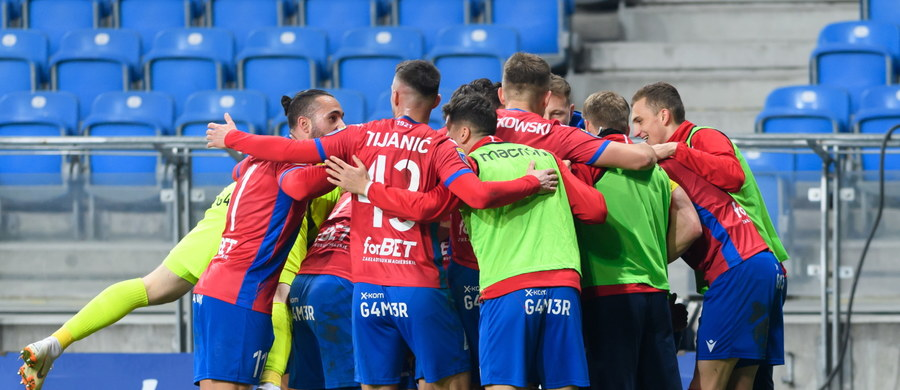 Lech Poznań odpadł z piłkarskiego Pucharu Polski. Przegrał na własnym stadionie z Rakowem Częstochowa 0:2. Bramki na wagę półfinału strzelili Andrzej Niewulis i Vladislavs Gutkovskis.