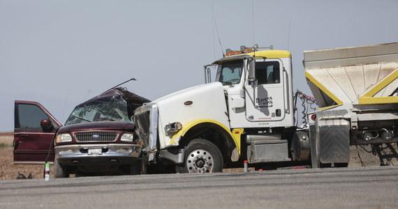 W zderzeniu dwóch samochodów w południowej Kalifornii zginęło we wtorek co najmniej 15 osób. Dziesięciu rannych przewieziono do szpitali. Ofiarami katastrofy są prawdopodobnie nielegalni imigranci.