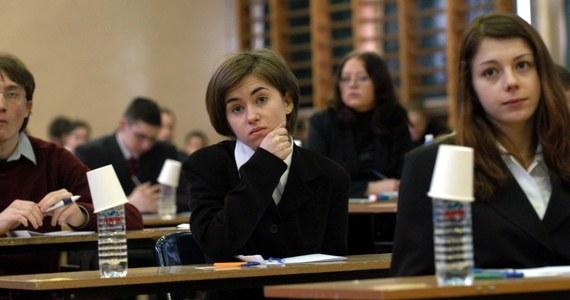 W środę rozpoczęły się próbne egzaminy maturalne organizowane przez Centralną Komisję Egzaminacyjną. Potrwają do 16 marca. Odbywać się będą stacjonarnie w szkołach w reżimie sanitarnym. Udział szkół w próbnych egzaminach jest dobrowolny.