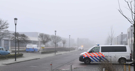 """W Bovenkarspel w Holandii doszło do wybuchu w centrum testowania na obecność koronawirusa. Nikt nie został poszkodowany, a policja szuka sprawców. """"Ładunek musiał zostać podłożony"""" – przekazała w krótkim komunikacie."""