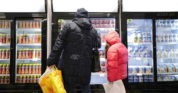 """Od dzisiaj przy ulicy Warzywnej w Radomiu działa pierwszy na Mazowszu sklep socjalny, w którym osoby potrzebujące mogą zrobić zakupy w niższych cenach. Sklep prowadzi Fundacja """"Droga Życia"""". Radom to kolejne, po Katowicach, miasto, w którym działa taki sklep. W najbliższych tygodniach podobna placówka ma przyjmować klientów także w Warszawie."""