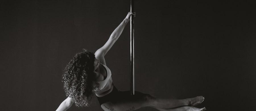 """To sport bardzo kobiecy, choć zdarzają się też trenujący go mężczyźni. Można nabyć imponujących umiejętności, zachwycić wszystkich zdjęciami w wymyślnych pozach, choć dyscyplina jest trudna i wymagająca. Pole dance, czyli akrobacje na rurze zyskuje od kilku lat popularność. W cyklu """"Twoje Zdrowie"""" - przed Dniem Kobiet - podpowiadamy, że właśnie pole dance może być sposobem, by zadbać o ciało i sprawność fizyczną."""