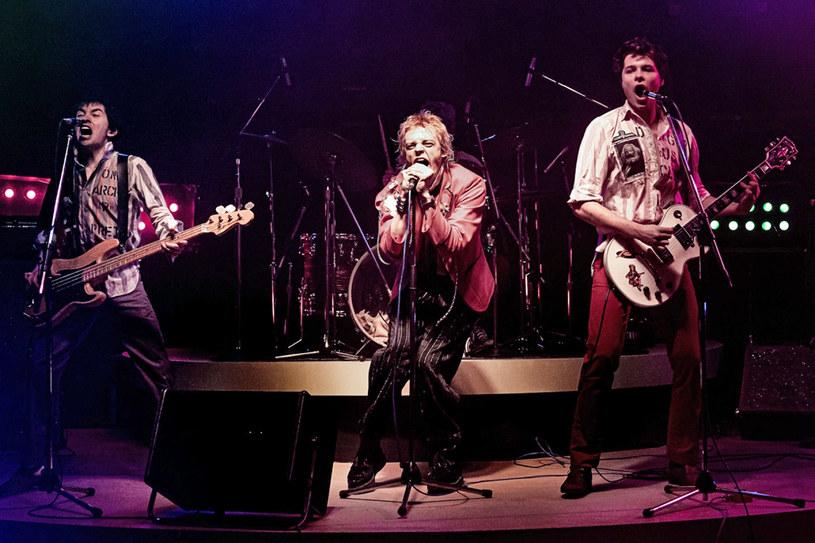 """Danny Boyle, twórca nagrodzony Oscarem za reżyserię filmu """"Slumdog. Milioner z ulicy"""", pracuje nad drugim serialem dla stacji FX. Po """"Trust"""" opowiadającym o jednej z najbogatszych i najbardziej nieszczęśliwych rodzin Ameryki, teraz pokaże widzom historię gitarzysty formacji Sex Pistols, Steve'a Jonesa. Na opublikowanych pierwszych zdjęciach z serialu można zobaczyć, jak prezentować się w nim będą serialowi muzycy legendarnego zespołu."""