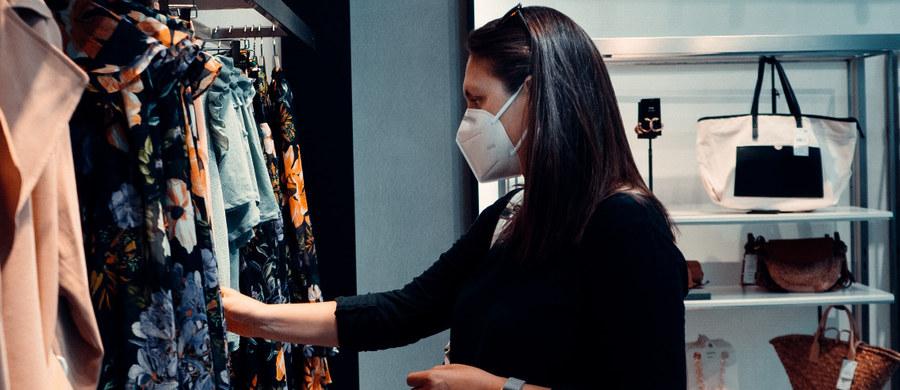 Rozmowa z sąsiadem, zakupy w galerii handlowej czy wizyta u lekarza. Amerykańskie Centrum ds. Zapobiegania i Kontroli Chorób wymienia maseczki, które najskuteczniej ochronią nas przed koronawirusem w każdej z tych sytuacji.