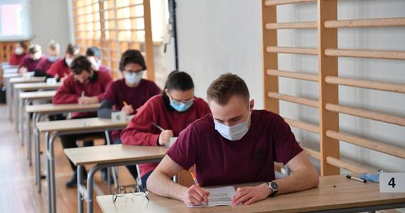 Piątek to trzeci dzień tegorocznych próbnych matur. Uczniowie zmierzyli się dziś z językiem angielskim na poziomie podstawowym. Arkusz zadań udostępniony przez Centralną Komisję Egzaminacyjną publikujemy w tym artykule.