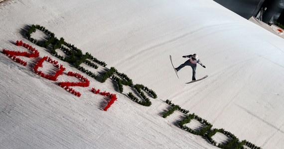 W piątek odbędzie się walka o medale na dużej skoczni podczas mistrzostw świata w narciarstwie klasycznym w Oberstdorfie. Na normalnym obiekcie niespodziewanie triumfował Piotr Żyła, którego kolejny sukces nie byłby już takim zaskoczeniem. Zawody odbędą się bez udziału Halvora Egnera Graneruda. Norweg jest zakażony koronawirusem.