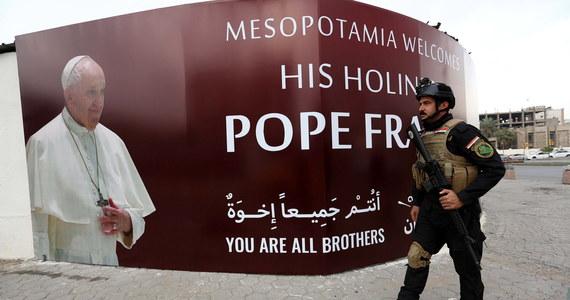 Po 15 miesiącach przerwy papież Franciszek wyrusza w pierwszą podróż w czasach pandemii koronawirusa. Udaje się do Iraku, gdzie do tej pory nie dotarł żaden papież. Około południa czasu polskiego oczekiwany jest w Bagdadzie - 33. zagraniczna pielgrzymka Franciszka jest uważana jest za historyczną, ale i najtrudniejszą.