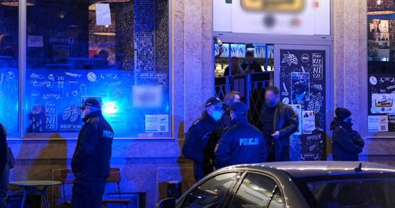 Kolejna policyjna interwencja w warszawskim pubie PiwPaw przy ulicy Parkingowej, który od kilku tygodni omija restrykcje wprowadzane w związku z koronawirusem. Na miejscu było 10 radiowozów. Na Facebooku lokalu napisano, że funkcjonariusze zabrali znajdujący się tam towar. Policja tłumaczy, że właściciel nie miał zezwolenia na sprzedaż alkoholu.