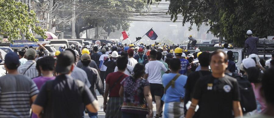 W Mandalaj, drugim co do wielkości mieście Mjanmy, kontynuowane są protesty przeciwko wojskowej juncie, która 1 lutego przejęła władzę w kraju. Policja znów strzelała do demonstrantów - lokalne media podają, że zginęła jedna osoba. Podczas protestów zginęło już ponad 50 osób.