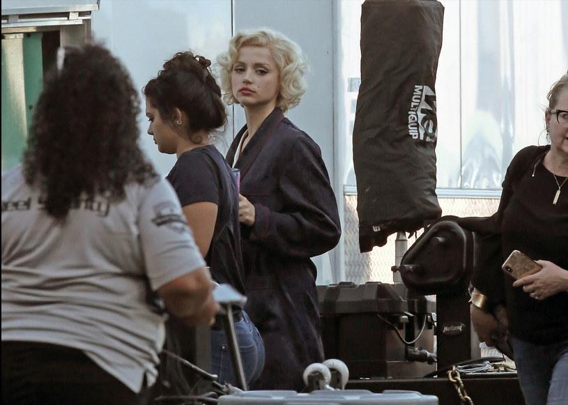 """Nominowaną do Złotego Globu aktorkę już wkrótce widzowie będą mogli podziwiać w nowym filmie Netflixa, w którym wcieli się w Marilyn Monroe. Jak wyjawiła w nowym wywiadzie Ana de Armas, przygotowania do roli legendy kina były dla niej wyjątkowo wyczerpujące. Szczególnie problematyczna okazała się skrupulatna, wielogodzinna charakteryzacja. """"Byłam po prostu przerażona"""" – zdradziła."""