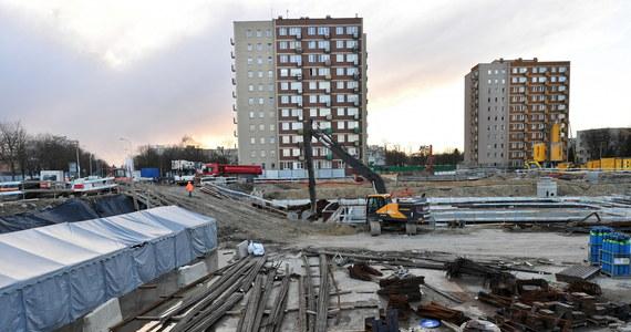 Tragiczny wypadek na budowie drugiej linii metra w Warszawie. Łyżka koparki spadła na pracowników. Jednego z nich przygniotła. Nie udało się go uratować - poinformował Karol Kierzkowski z Państwowej Straży Pożarnej.