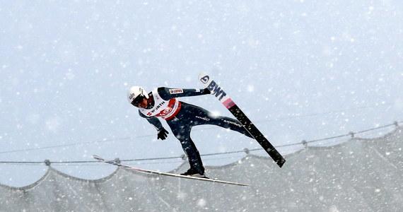 Polscy skoczkowie poza podium konkursu na dużej skoczni podczas mistrzostw świata w narciarstwie klasycznym w Oberstdorfie. Mistrzem świata został Stefan Kraft, srebro trafiło do Roberta Johanssona, a brąz do Karla Gigera. Najlepszy z biało-czerwonych - Piotr Żyła - był czwarty. Zawodnicy skakali w bardzo trudnych warunkach.