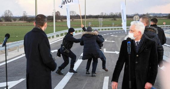 16 osób wylegitymowała policja w związku z zakłóceniem wizyty premiera Mateusza Morawieckiego, który w piątek uczestniczył w otwarciu obwodnicy Wrześni (Wielkopolskie). Rzecznik wielkopolskiej policji podał, że funkcjonariusze powstrzymali rolników przed naruszeniem strefy ochronnej.