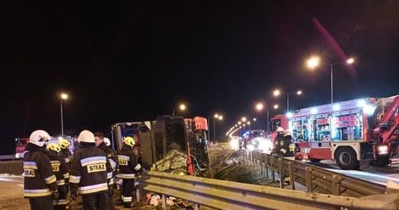 5 osób nie żyje, 41 zostało poszkodowanych, w tym 8 jest w ciężkim stanie - to bilans tragicznego wypadku, do którego doszło w nocy na autostradzie A4 koło Jarosławia na Podkarpaciu. Autokar wypadł z drogi. Autobusem podróżowało 57 osób.