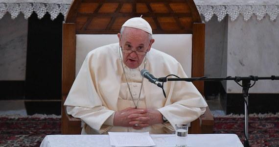 Sobota, drugi dzień wizyty papieża Franciszka w Iraku, upłynie pod znakiem dwóch ważnych gestów dla dialogu międzyreligijnego. Spotka się on z wpływowym ajatollahem Alim as-Sistanim. Uda się też na ziemię Abrahama, Ur, co jest ściśle związane z postacią świętego Jana Pawła II, który pragnął tam pojechać 21 lat temu.